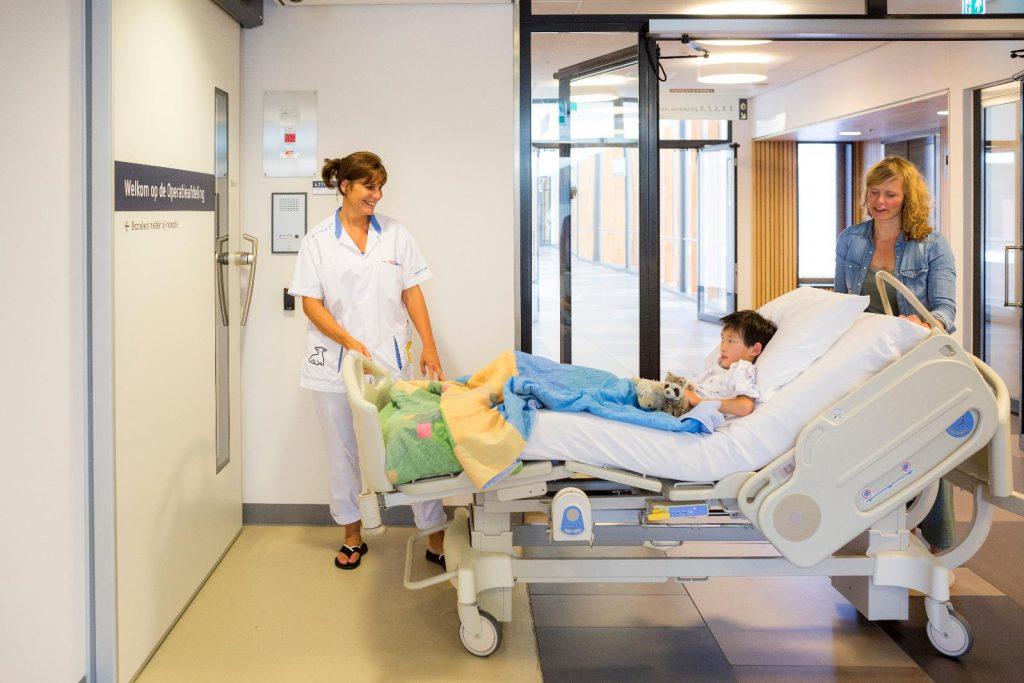 Joep rijdt door de deur OK met verpleegkundige en mama